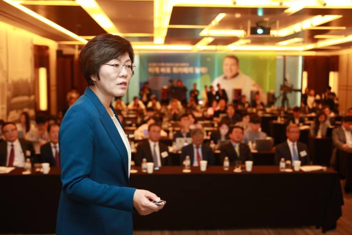 목경숙 청호나이스 상무가 9일 웨스틴 조선호텔에서 열린 '하이브리드 얼음정수기 '도도' 출시 기자간담회에서 제품을 소개하고 있다.