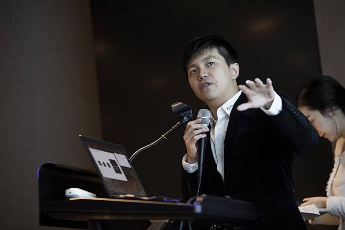 지미 정 아이오스(IOS) 최고경영자가 자체 블록체인 플랫폼 '이오스트(IOST)'를 소개하고 있다.