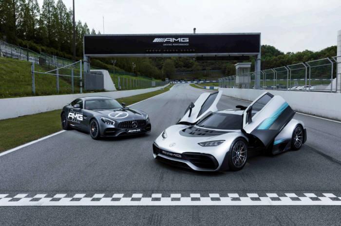 메르세데스-벤츠코리아가 AMG 스피드웨이에서 콘셉트카 '프로젝트 원'과 고성능 스포츠카 'GT S'를 공개했다.