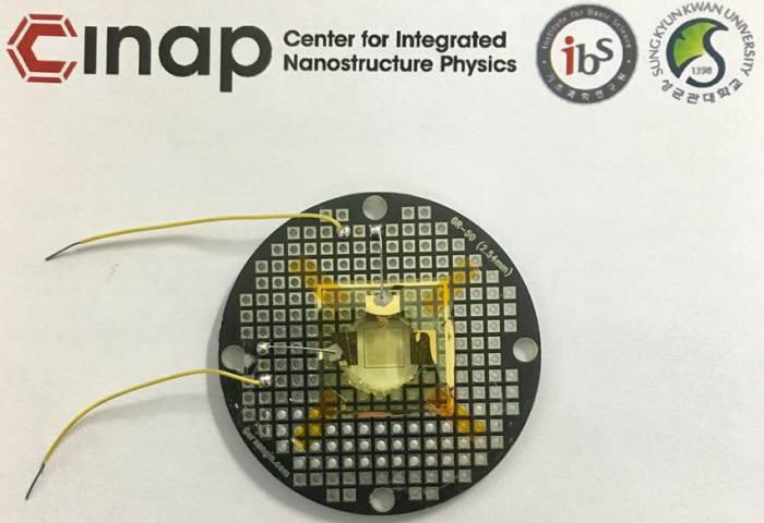 IBS, KAIST 공동 연구진이 개발한 그래핀-메타물질 소자 샘플