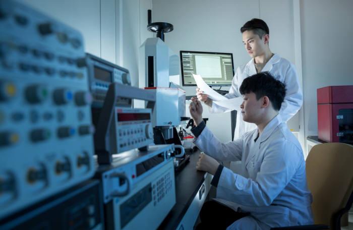 지난 3월 개소한 줄리아 내부 실험실에서 연구원들이 세라믹 소재의 전기에너지 특성을 분석 연구하고 있다.
