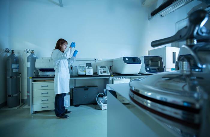 UNIST 게놈산업기술센터에서 연구원이 게놈 해독 분석 연구를 하고 있다.