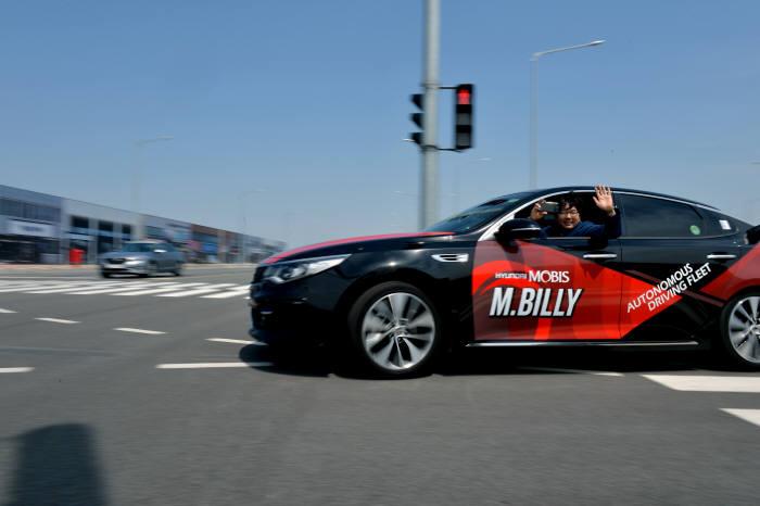현대모비스 자율주행 실험차 'M.BILLY(엠빌리)'가 서산 주행시험장 내 첨단시험로를 달리고 있다. (제공=현대모비스)