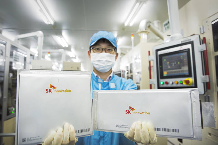 배터리 셀을 들고 있는 SK이노베이션 서산공장 연구원.