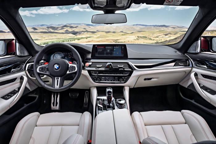 BMW 6세대 뉴 M5 실내 모습.