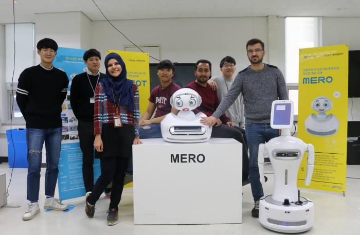 GIST 헬스케어로봇센터 연구원들이 헬스케어로봇을 소개하고 있다.