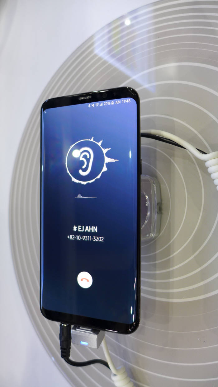 삼성디스플레이가 SID 2018 디스플레이위크 전시회에서 공개한 '사운드 디스플레이' 시제품. (사진=전자신문DB)