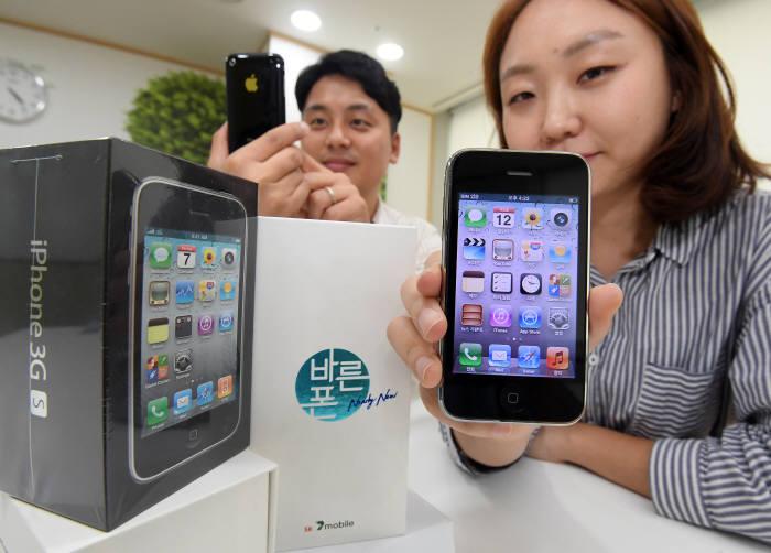 국내의 첫 아이폰모델인 3GS가 9년 만에 재판매된다. SK텔링크는 아이폰3GS 새제품의 성능테스트 후 SK세븐모바일 프리미엄 중고폰 브랜드인 '바른폰' 전용박스에 재포장해 판매한다. 13일 서울 중구 SK텔링크에서 직원들이 출고를 앞둔 제품을 살펴보고 있다. 이동근기자 foto@etnews.com