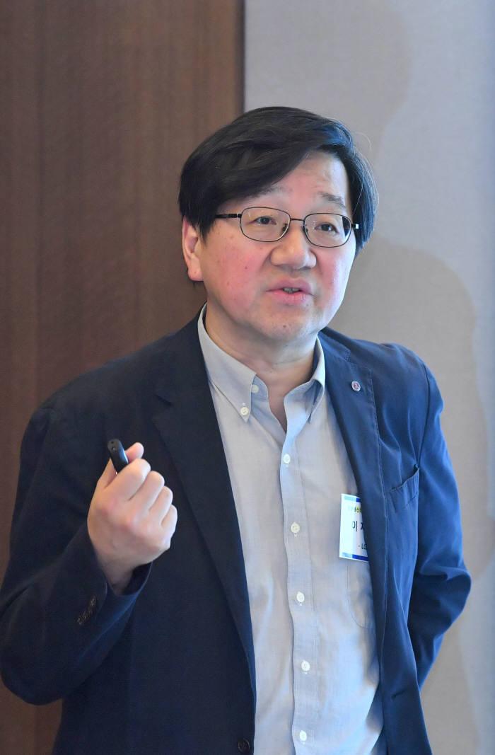 6월 정보통신 미래모임이 20일 서울 중구 프레스센터에서 열렸다. 이재덕 LG전자 전무가 '4차 산업혁명과 지능형 센서 솔루션'에 대해 발표하고 있다. 박지호기자 jihopress@etnews.com