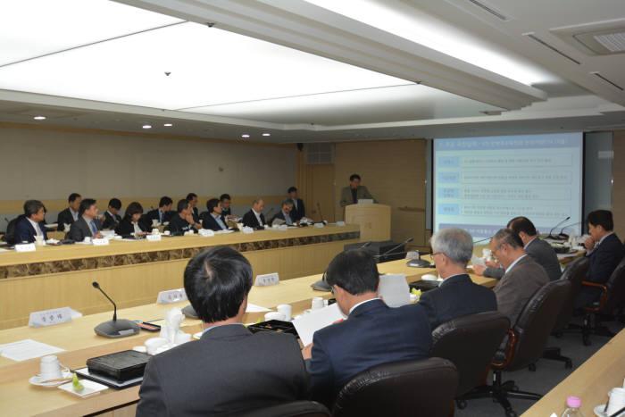 과학기술정보통신부가 28일 김용수 차관 주재로 '5G 전략추진위원회'를 열고 5세대(5G) 이동통신 융합서비스 개발과 상용화 준비현황을 점검했다. 지난해 상반기 5G 전략추진위원회 회의 모습.