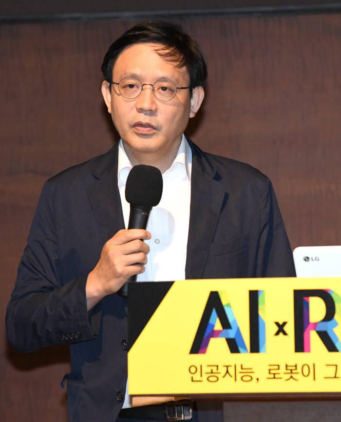 손진호 LG전자 상무가 AI와 로봇 융합 미래상을 발표하고 있다.<사진 김동욱 기자>