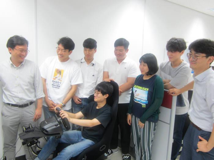 김승준 GIST 융합기술학제학부 교수(맨 왼쪽)가 학생들과 실험실에서 HCI 연구성과를 시연하고 있다. 홍진혁 교수는 맨 오른쪽.