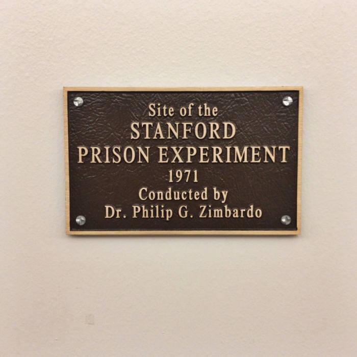 스탠퍼드 감옥 실험을 수행한 조던 홀에 있는 현판. 스탠퍼드 감옥 실험은 영화와 TV쇼로도 제작된 심리학 사상 가장 유명한 실험이다. (출처: wikipedia)