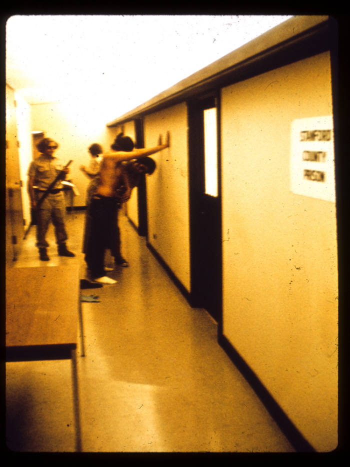 스탠퍼드 감옥 실험의 자료 사진. 교도관이 재소자에게 가한 가혹 행위는 모두 짐바르도 교수 연구팀의 지시에 따른 것이라는 폭로가 나왔다. (출처: www.prisonexp.org)