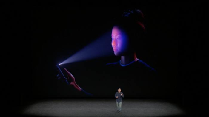 아이폰10 전면 카메라에 탑재된 3D 센싱 기술이 내년에는 후면 카메라로 확대된다. AR 경험을 확대하기 위한 방편이다.