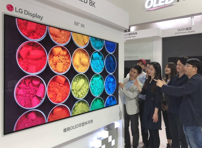 LG디스플레이(대표 한상범 부회장)는 4월9일부터 11일까지 중국 광둥성 선전에서 열리는 제6회 중국정보기술엑스포(CITE) 2018에서 다양한 응용분야에 적용한 유기발광다이오드(OLED)를 선보인다. 사진은 CITE 2018에 전시한 88인치 8K OLED.