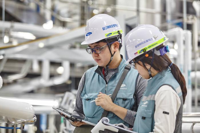 삼성바이오로직스 직원이 공장 기계설비를 점검하고 있다.