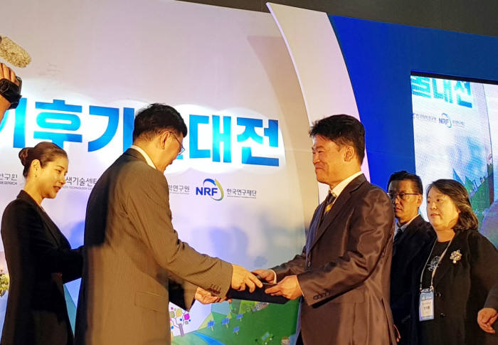 김준하 GIST 교수(오룬쪽)가 18일 서울 양재 aT센터에서 열린 2018 대한민국 기후기술대전 개막식에서 기후산업 발전 및 기후기술 대중화에 기여한 공로를 인정받아 과학기술정보통신부 장관 표창을 수상하고 있다.