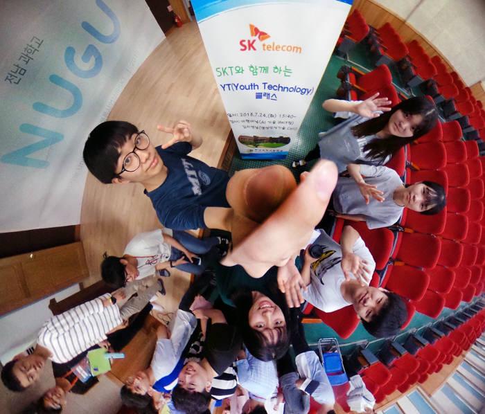 SK텔레콤 YT클래스에 참가한 전남과학고 학생이 360도 카메라를 이용하고 있다.
