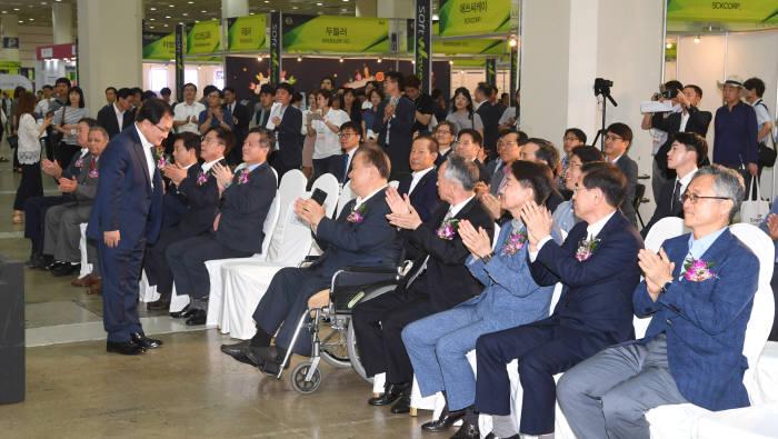 소프트웨이브 2018이 8일 서울 삼성동 코엑스에서 열렸다. 이날 개막식에서 유영민 과학기술정보통신부 장관(왼쪽 앞)이 축사에 앞서 참관객들에 인사하고 있다. 김동욱기자 gphoto@