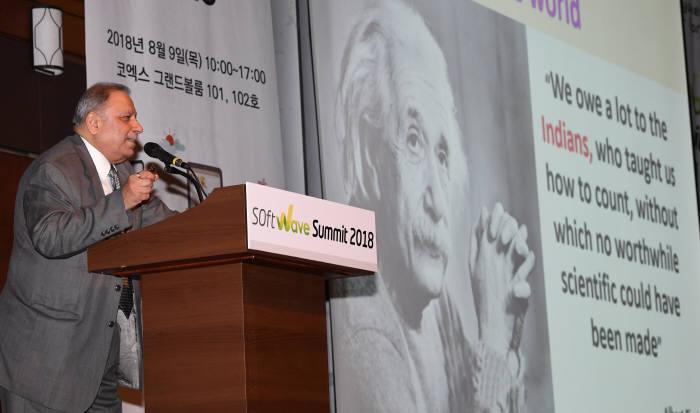 딥팍 쿠마르 사린 인도 전자·소프트웨어(SW)수출진흥원 전무가 글로벌 SW시장 동향과 한·인도 간 협업방안이라는 주제로 기조강연을 하고 있다. 김동욱기자 gphoto@etnews.com