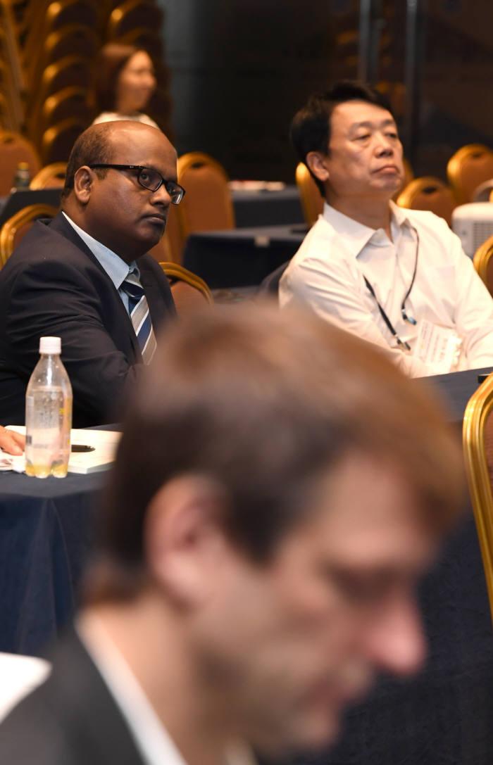 소프트웨이브 서밋 2018 참석자들이 발표를 들었다. 김동욱기자 gphoto@etnews.com