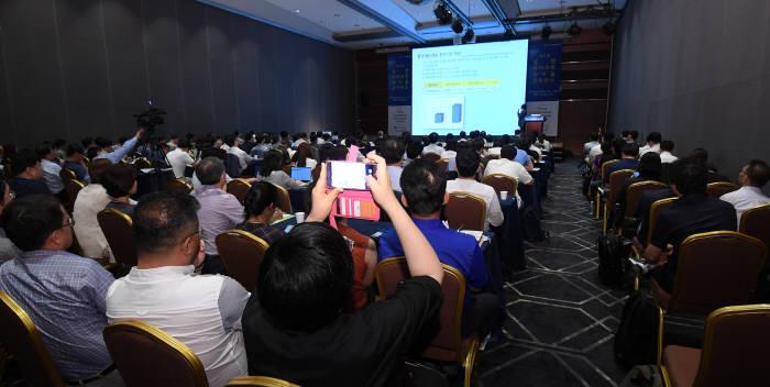 제2회 휴먼마이크로바이옴 콘퍼런스가 9일 서울 코엑스 그랜드몰룸에서 열렸다. 청중들이 국내 연구 현황 및 산업화 전략 발표를 듣고 있다.(자료: 전자신문)