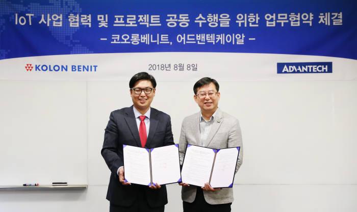 안동환 어드밴텍 이사(왼쪽)와 이종찬 코오롱베니트 상무가 업무협약을 마치고 후 기념사진 촬영했다.