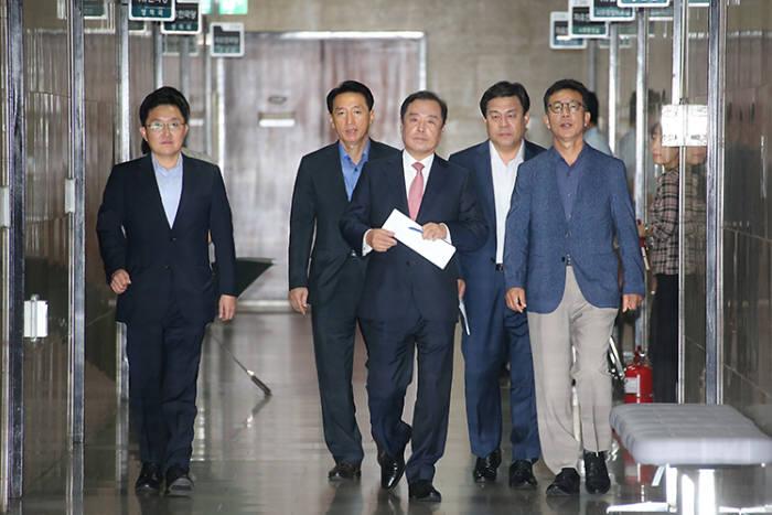 김병준 자유한국당 비상대책위원장이 6일 비상대책위원회의에 참석하고 있다.