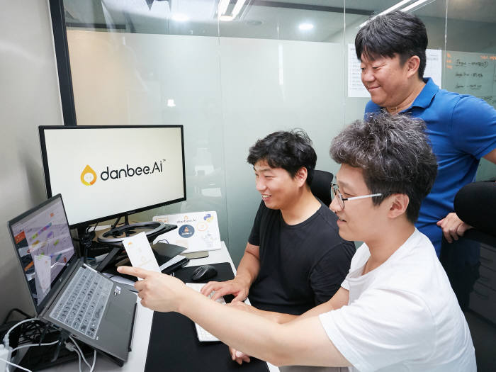 LG CNS 사내벤처에서 분사된 단비 직원이 지능형 챗봇을 제작하고 있다. LG CNS 제공