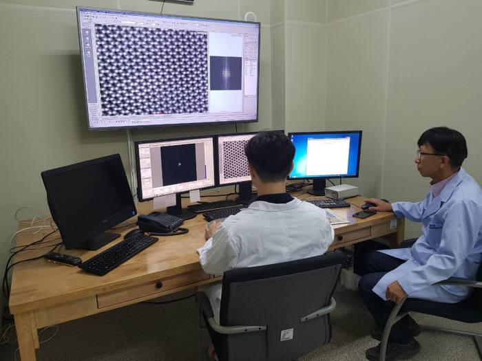 한국기초과학지원연구원 연구진이 새로운 투과전자현미경으로 질화갈륨 반도체를 실리콘 기반으로 만들 때 전기-빛 변환효율이 낮아지는 원인을 밝혀냈다.