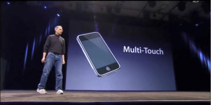 2007년 애플이 아이폰에서 첫 선을 보인 멀티터치 기술은 전 세계 스마트폰 인터페이스의 판도를 바꿨다. 사진은 스티브 잡스의 아이폰 발표 모습(자료: 유튜브 캡처).