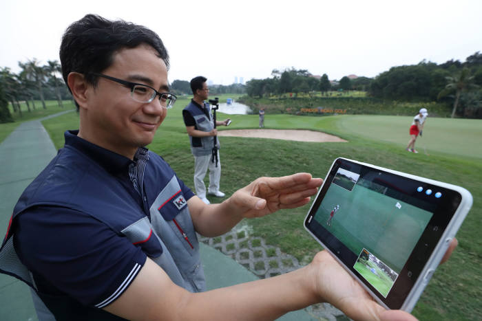 KT는 인도네시아 폰독 인다 골프코스에 KT 5G 서비스인 옴니뷰와 싱크뷰 서비스를 설치, 적용했다. KT 직원이 실시간 테스트를 하고 있다.