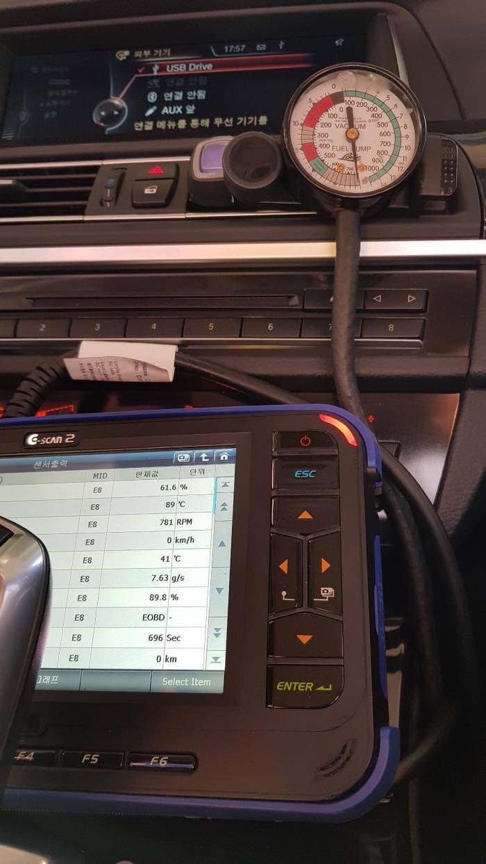 주행 중인 BMW 520d 차량, ECU 진단기에 냉각수 온도는 89도, 진공측정기 수침을 통해 바이패스 밸브가 열린 상태임을 확인할 수 있다.