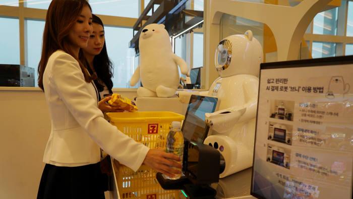 편의점 세븐일레븐이 고객과 대화 기술과 다양한 결제 서비스 기능을 갖춘 인공지능(AI) 결제 로봇 브니(VENY)를 세계 최초로 선보였다.