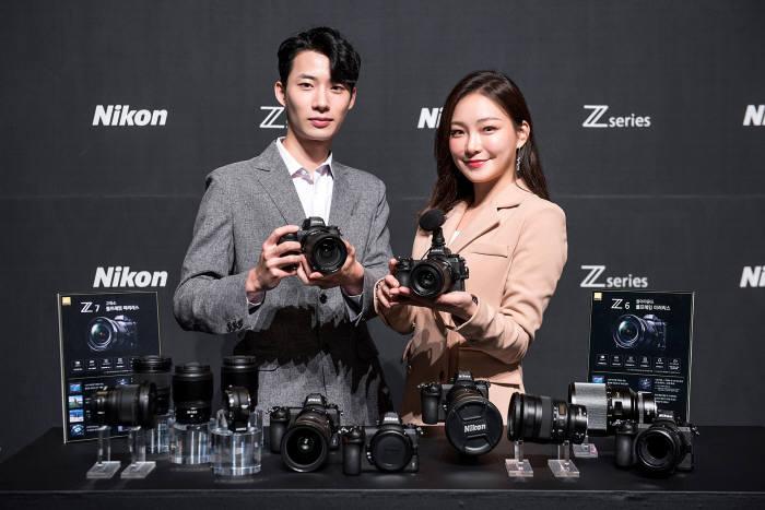 28일 서울 중구 롯데호텔에서 모델이 니콘 신제품 고화소 풀프레임 미러리스 Z 7과 올어라운드 풀프레임 미러리스 Z 6를 선보이고 있다.