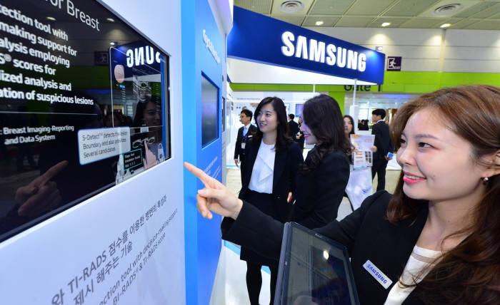서울 코엑스에서 열린 국제의료기기·병원설비 전시 삼성메디슨 부스에서 의료인텔리전스 시스템을 시연하고 있다.(자료: 전자신문 DB)