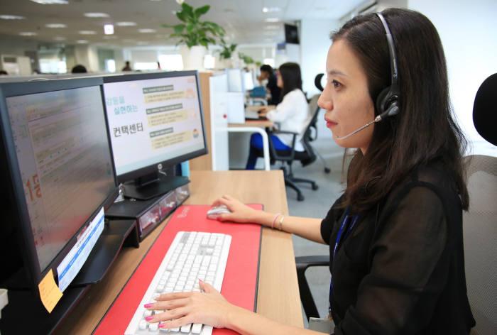 롯데홈쇼핑 상담원이 빅데이터와 인공지능(AI) 기술을 적용한 상담주문 서비스로 고객 상담하고 있다. 자료:전자신문DB