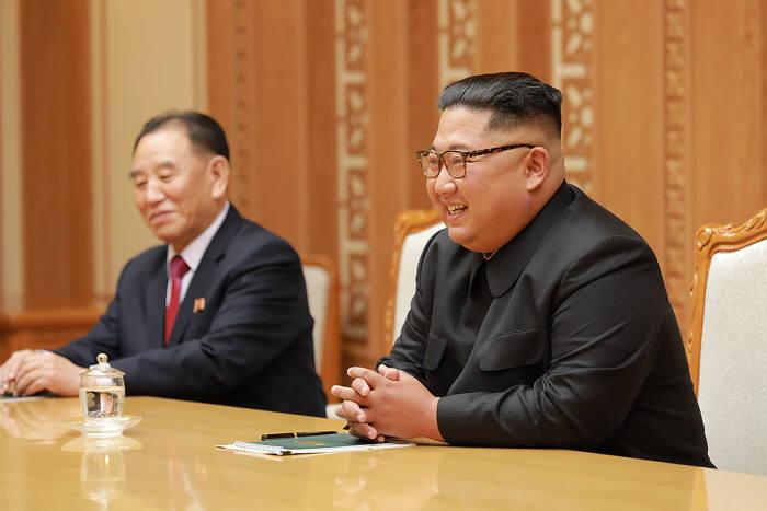 김정은 북한 국무위원장이 5일 평양을 방문한 문재인 대통령의 대북특별사절단과 이야기를 나누고 있다. 청와대 제공