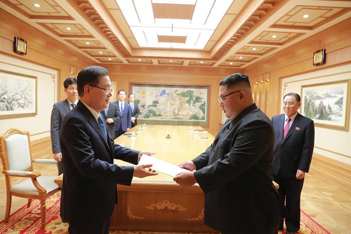 대북특별사절단장인 정의용 청와대 국가안보실장이 5일 김정은 북한 국무위원장에게 문재인 대통령의 친서를 전달하고 있다. 청와대 제공