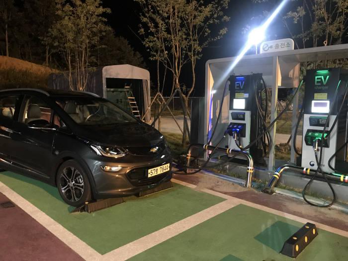 홍천 휴게소에서 급속 충전기로 충전 중인 한국지엠 전기차 볼트