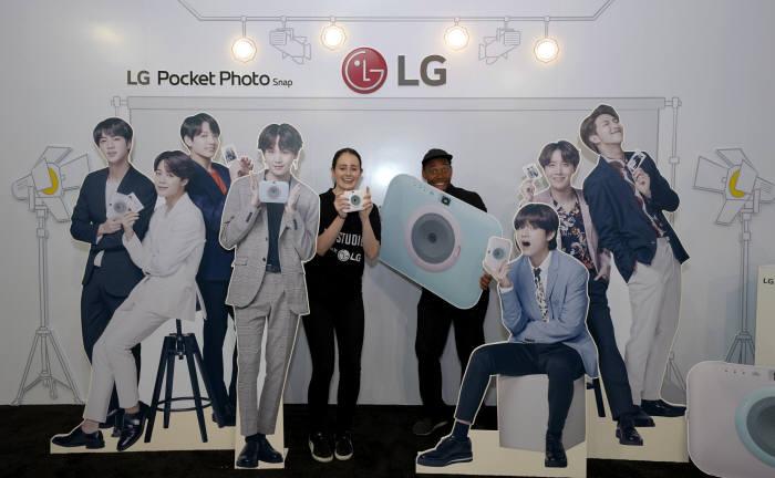 LG전자가 미국에서 방탄소년단 월드투어 콘서트와 연계한 마케팅을 펼치며 젊은층의 마음을 사로잡고 있다. LG전자는 5일 미국 로스앤젤레스에서 열린 방탄소년단 월드투어 콘서트에서 LG전자 제품 체험은 물론 방탄소년단과 관련된 다양한 콘텐츠를 즐길 수 있는 BTS 스튜디오를 운영했다. LG전자 모델이 BTS 스튜디오를