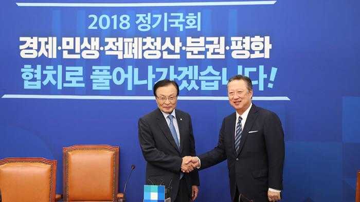 이해찬 더불어민주당 대표와 박용만 대한상공회의소 회장이 6일 국회에서 만나 경제 현안을 논의했다.