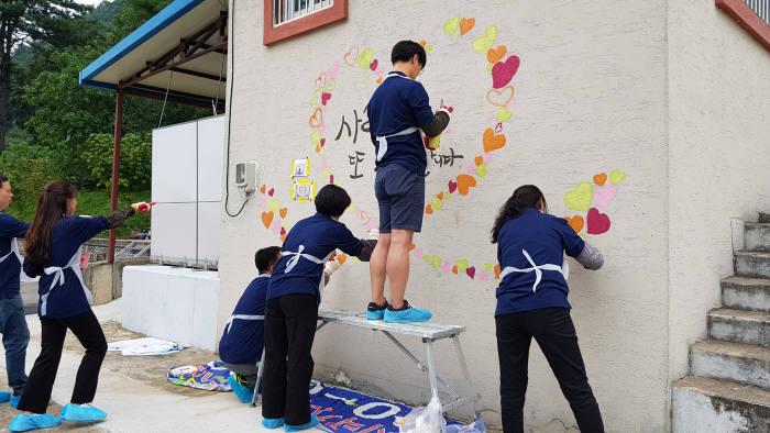 한국씨티은행 노조원이 대곡초등학교에서 벽화그리기 봉사활동을 했다.
