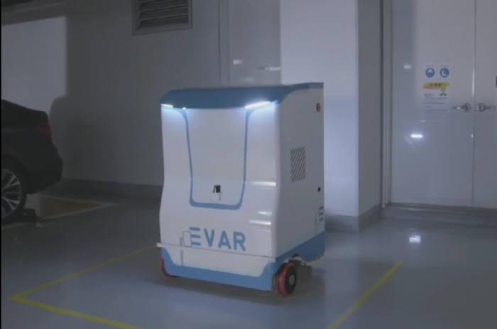 삼성전자 씨랩이 개발한 전기차 자동 충전 로봇 EVAR.(동영상 캡처)