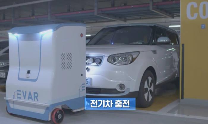 EVAR를 이용해 전기차 충전 중인 모습.(동영상 캡처)