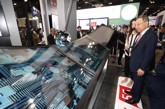 황창규 KT 회장이 MWC아메리카 2018 KT 전시관에서 5G 네트워크를 보고 있다.