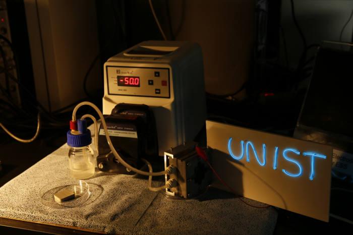 알루미늄-공기 흐름 전지를 이용해 전기에너지 생산하는 실험 장면.
