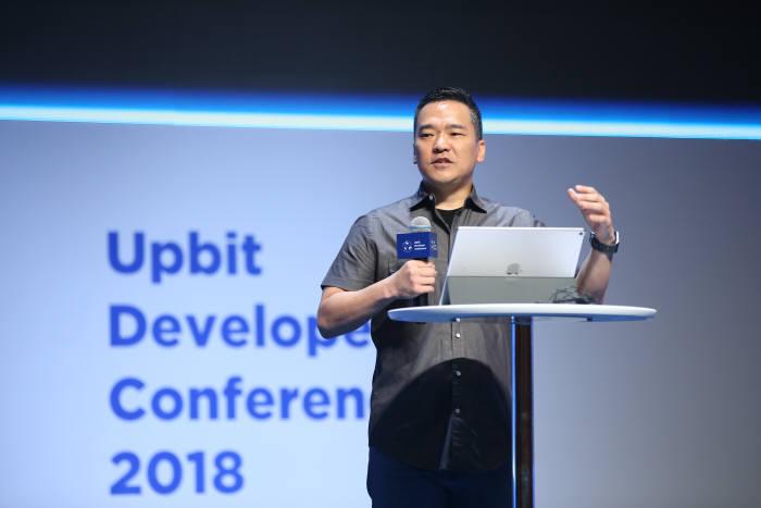 빌 시하라 비트렉스 대표가 14일 업비트 개발자 콘퍼런스에서 강연하고 있다.