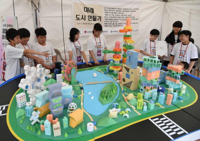 영 메이커 아카데미를 수료한 서울 경서중학교 학생이 페이퍼 아트로 만든 미래 도시에 대해 설명하고 있다.